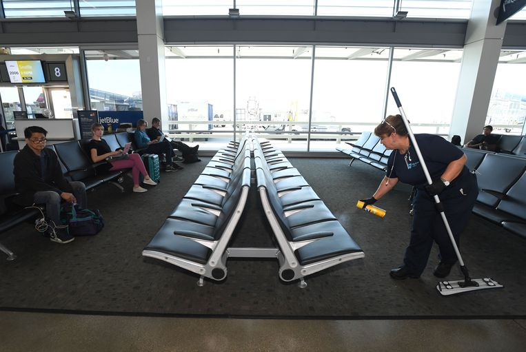 Op Long Beach Airport worden bankjes gereinigd. Beeld MediaNews Group via Getty Images