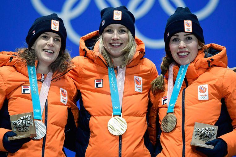 Ireen Wüst (zilver), Carlijn Achtereekte (goud) en Antoinette de Jong (brons (L-R) op het podium bij de medaille-uitreiking van de 3.000 meter, die een Nederlands onderonsje werd.