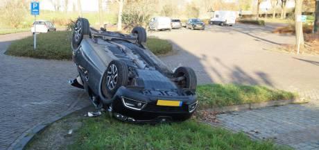 Auto van ouder echtpaar belandt op zijn kop bij ongeluk in Woudrichem