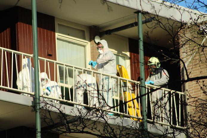 Brandweerlieden en ambulancepersoneel bij de flat van de vader van Sara uit Apeldoorn.