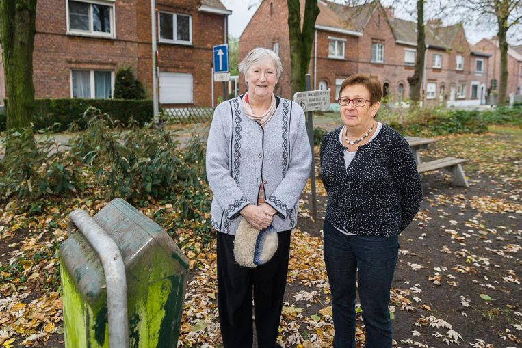 Buurvrouwen Nicole Nevejans en Ginette Genetello bij de vuilnisbak waarin de post gedumpt werd.