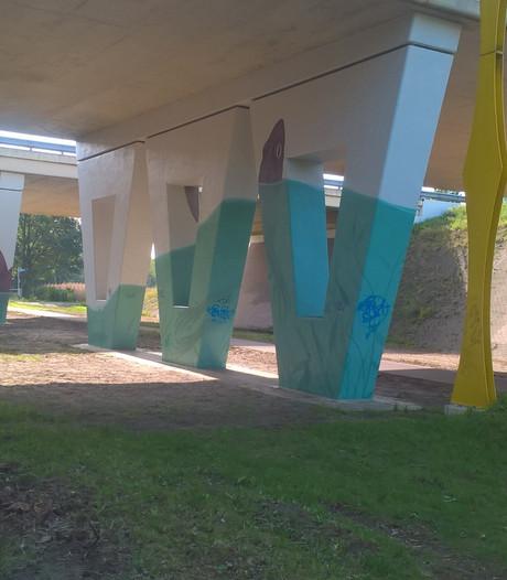 Inkt van kunstwerk op viaduct bij A58 is nog niet droog of er zit alweer graffiti overheen