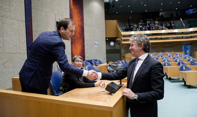 Lodewijk Asscher geeft Jacques Monasch een hand.
