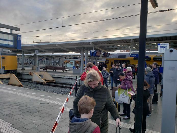 De passagiers van de ontruimde trein worden van het station geleid.