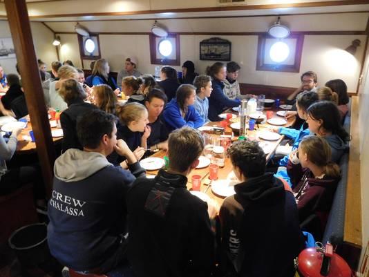 Docenten, leerlingen en bemanning leven zes maanden met elkaar aan boord.
