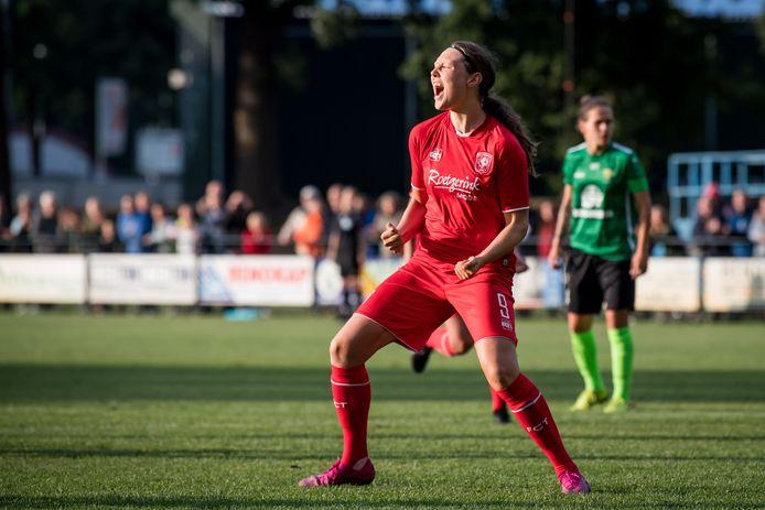 Fenna Kalma juicht nadat ze FC Twente op voorsprong heeft gezet.