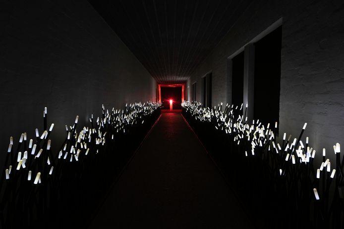 Licht aan het einde van de kloostergang, de installatie DUNE, op Buitenplaats Doornburgh.