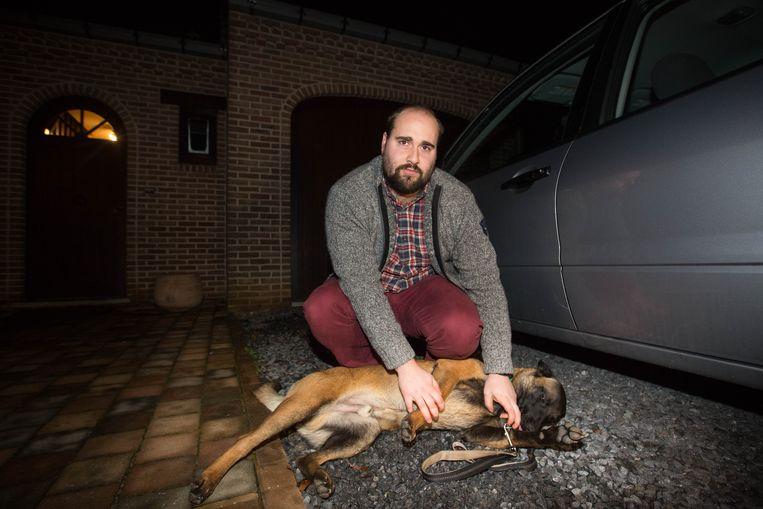 De eigenaar van de hond, net voordat het dier werd opgehaald door het asiel.