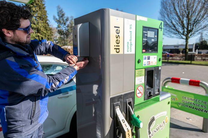 Bij onbemand tankstation Swing 'Happy Hour' in Berkel-Enschot hangt aan elke pomp een desinfecterend middel voor de klanten.