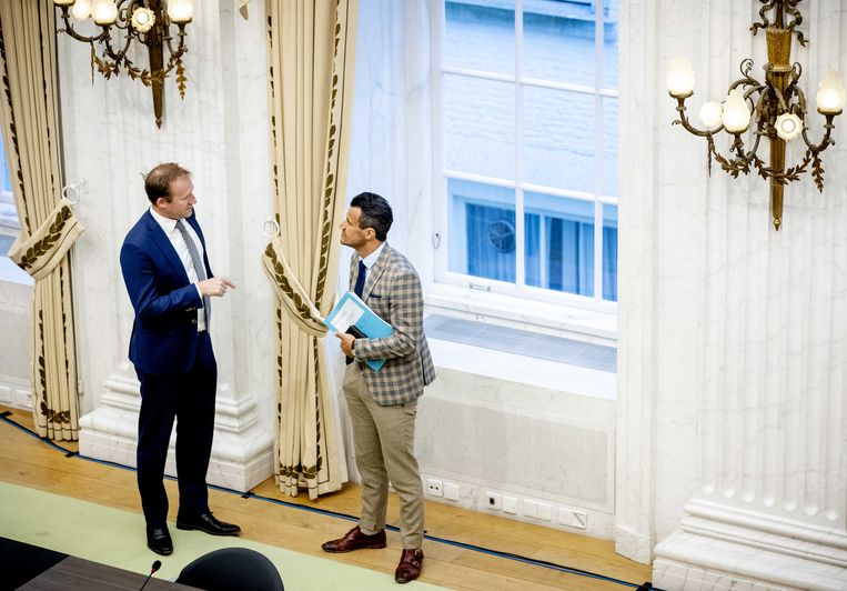 Kees Verhoeven (D66) en Farid Azarkan (Denk) voorafgaand aan een rondetafelgesprek over de corona-app, in de Oude Zaal van de Tweede Kamer.  Beeld ANP