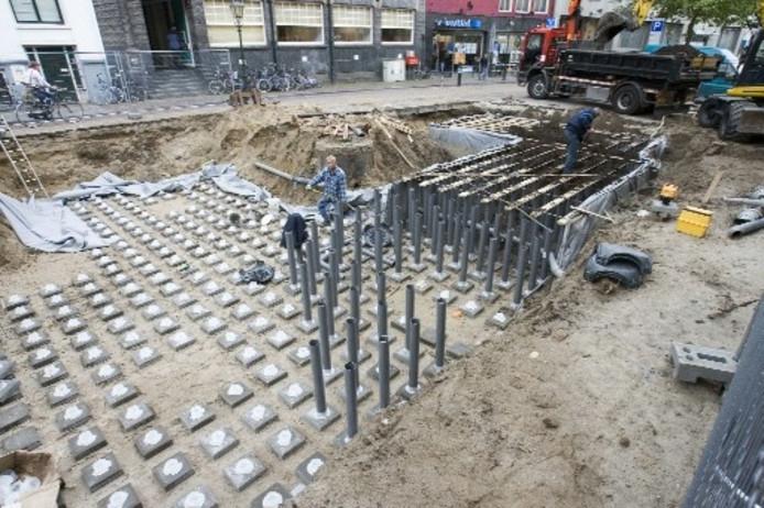 Begin deze eeuw werd deze afwatering onder de Melkmarkt in Zwolle aangelegd. Hierboven staan de elzen, die door het afgevoerde regenwater worden gevoed.