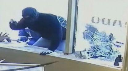 VIDEO. Juweliers gaan inbrekers te lijf met zwaard