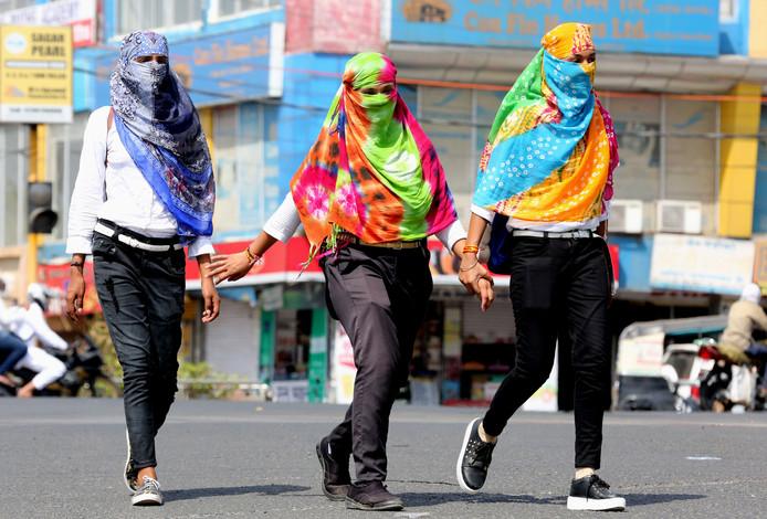 Indiase vrouwen bedekken hun gezicht om niet te verbranden