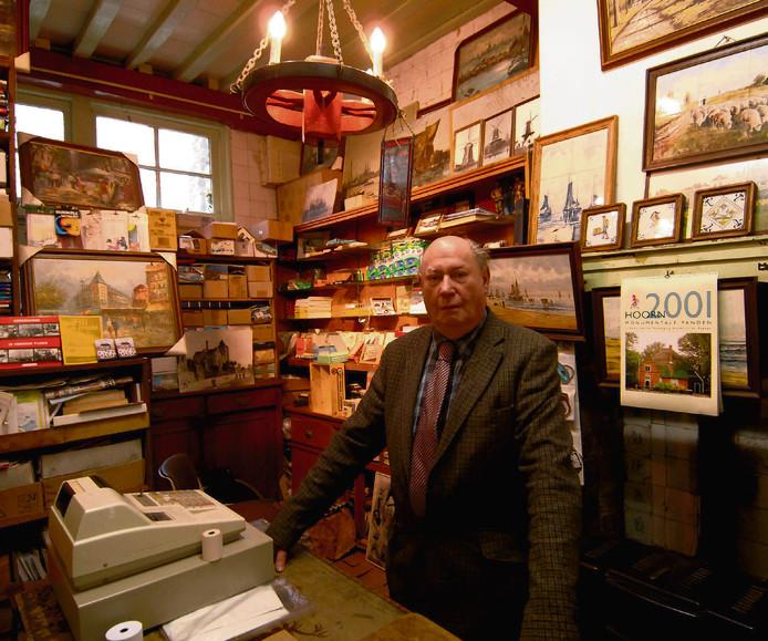 Archief: Willem Leonard den Beer Poortugael in zijn winkel.
