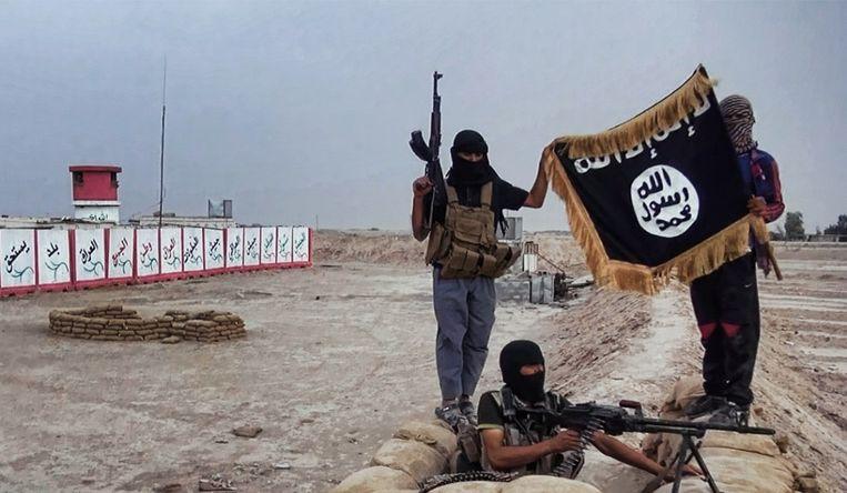 Militanten in Irak met de vlag van IS. Beeld afp