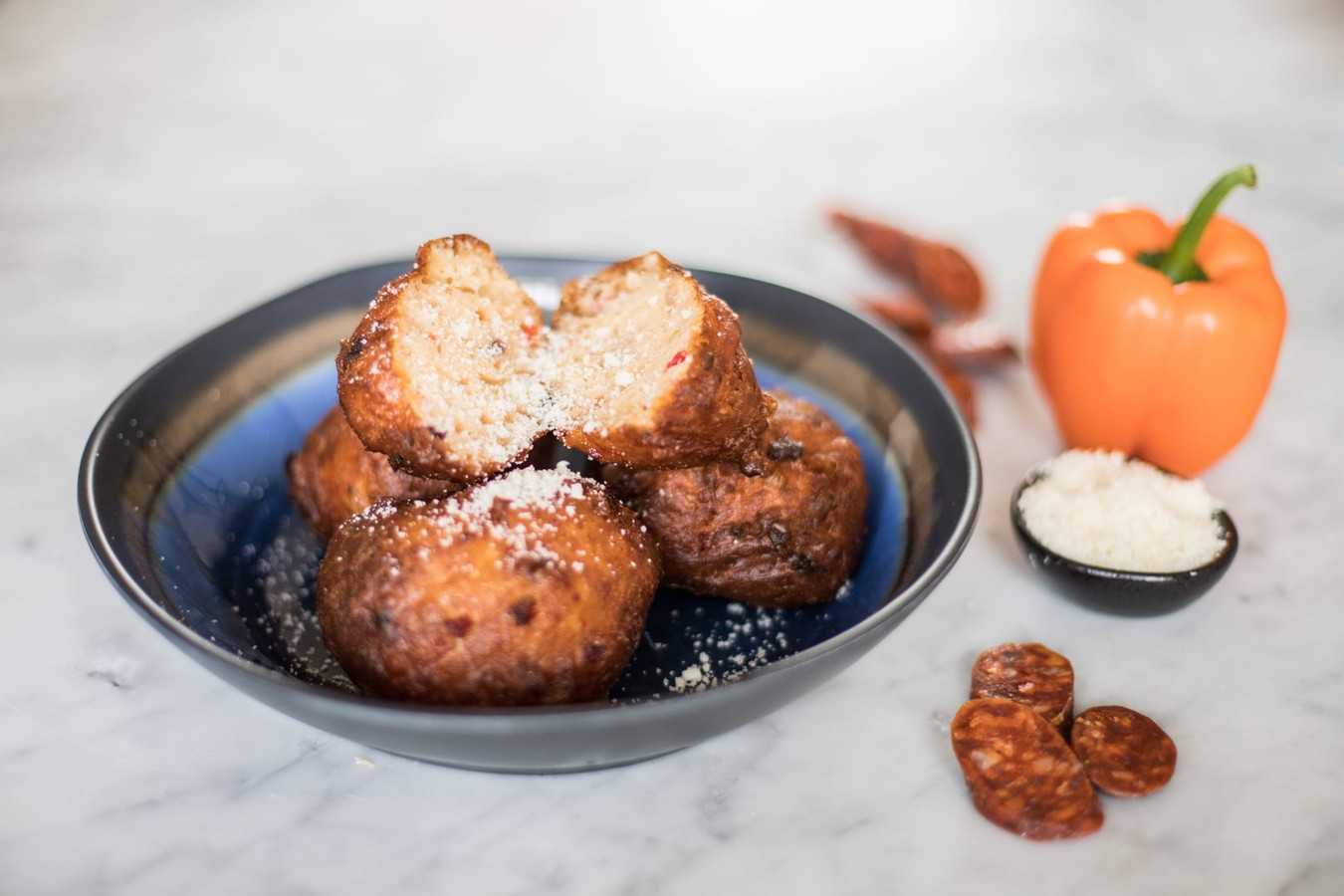 Oliebollen met chorizo worst, paprika en Parmezaanse kaas