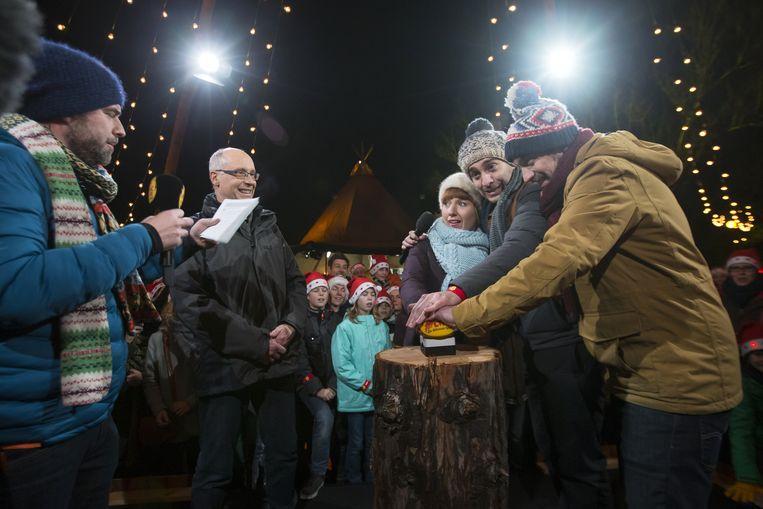 Tomas De Soete, Gerrit Rauws van de Koning Boudewijnstichting en presentatoren Linde Merckpoel, Sam De Bruyn and Vincent Byloo tijdens de slotshow.