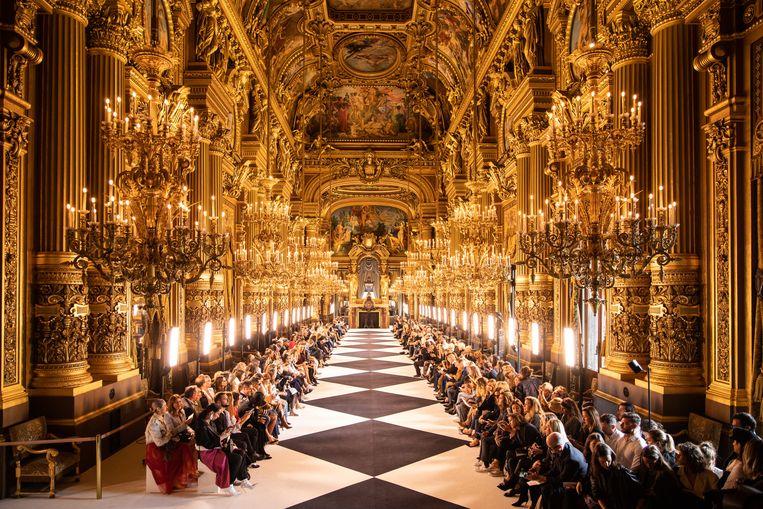Nee, dit is niet de Spiegelzaal van Versailles. We kijken hier naar L'Opéra Garnier in Parijs, waar vrijdag 27 september de catwalk was van modehuis Balmain. De show, waar de voorjaars- en zomercollectie van 2020 werd getoond, was onderdeel van de Paris Fashion Week. Beeld Getty Images