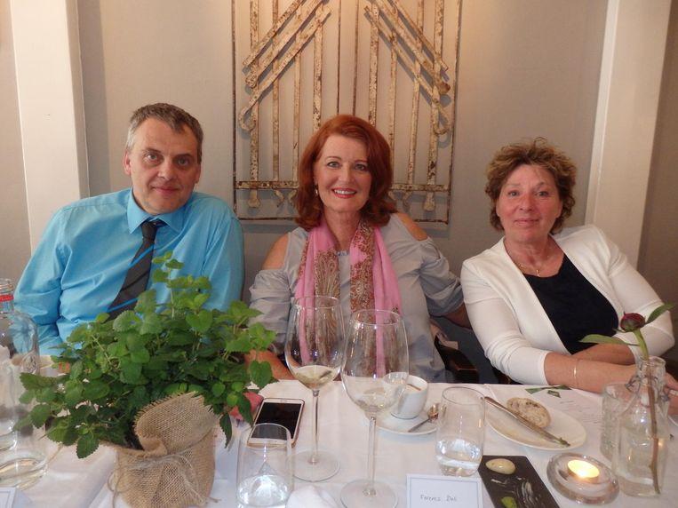 Janna Rijpma Meppelink (m) schreef Wijngids (alleen) voor vrouwen: 'Een hart onder de riem.' Met Kris Schatteman (Eco Treasures) en projectleider Valérie Deli. Beeld Schuim