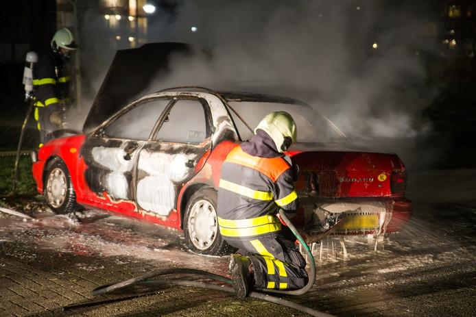 Autobrand aan Slotlaan in Oosterhout, brandstichting niet uitgesloten.