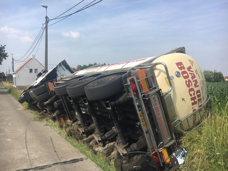 De tankwagen kantelde in de gracht.
