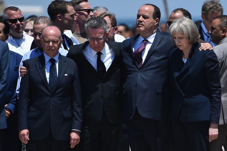 De Duitse minister Thomas de Maizière (tweede van links), de Tunesische minister Mohamed Gharsalli en de Britse minister Theresa May hebben bloemen gelegd op de plaats delict. Beeld Jeff J. Mitchell / Getty