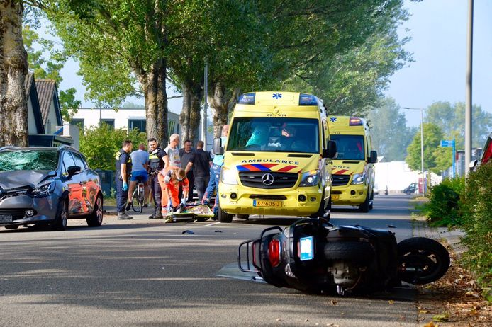 Eem bestuurder van een snorscooter is ernstig gewond geraakt bij een ongeluk op industrieterrein De Overmaat in Arnhem-Zuid.