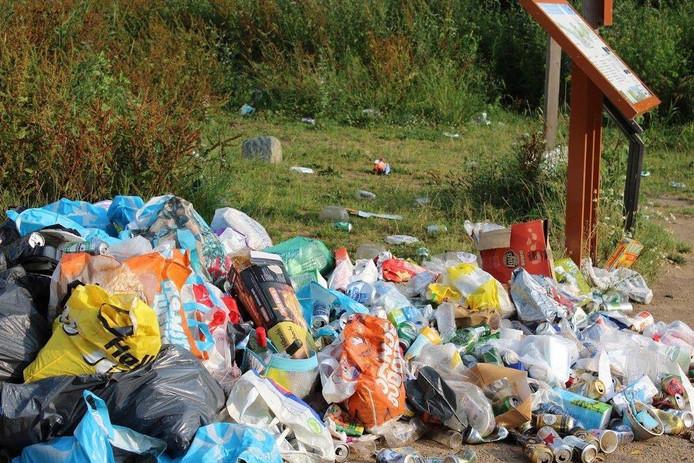 Een klein deel van de afvalberg die bezoekers afgelopen weekeinde achterlieten in natuurgebied Stadswaard bij Nijmegen