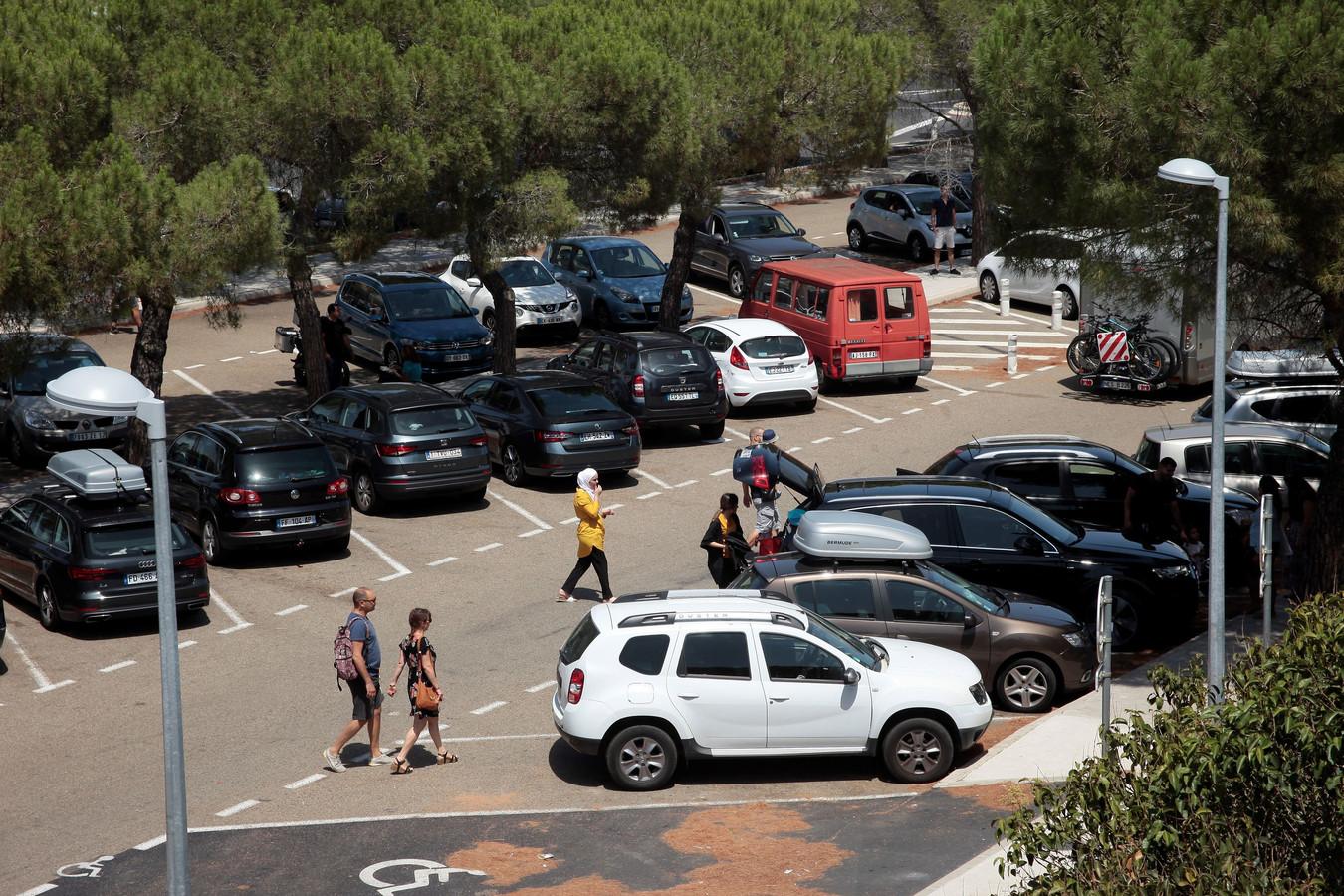 Onderdeel van de truc is het tonen van een auto met ingeslagen autoruit of andere braakschade