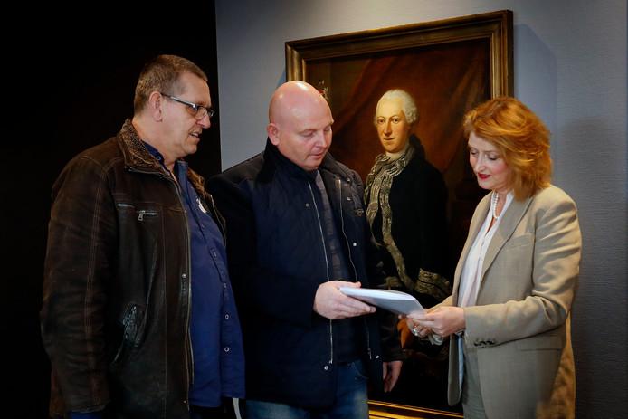 V.l.n.r:Dickjan Pierhagen, eigenaar Gerrit Damen en burgemeesterMelissant. Ze overhandigden donderdag de petitie vóór het behoud van feestpaleis de Drie Vuisten in Gorinchem.