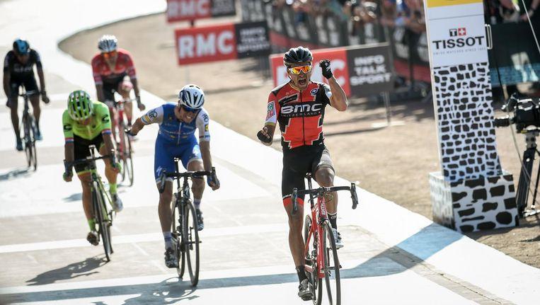 Greg Van Avermaet komt over de finish in Roubaix, met de Tsjech Zdenek Stybar in zijn kielzog. Beeld afp