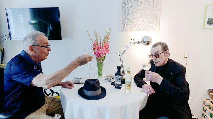 Hans Sleutelaar en Jules Deelder heffen een wijnglas met gin en tonic en bespreken ondertussen de hemel en de hel.