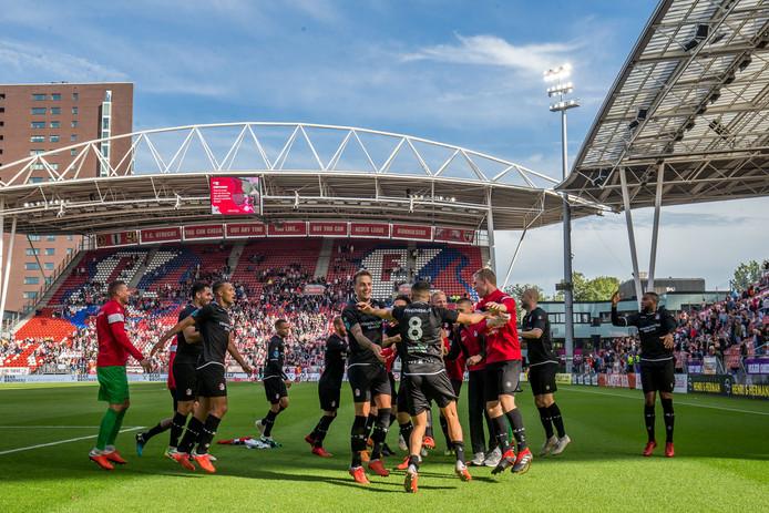 De spelers van FC Emmen vieren feest na de winnende 1-2 van Glenn Bijl.