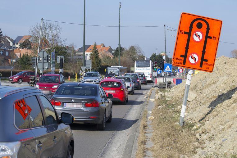 Aan het Woluwedal, een van de drukste kruispunten van de regio, is het elke dag file rijden.