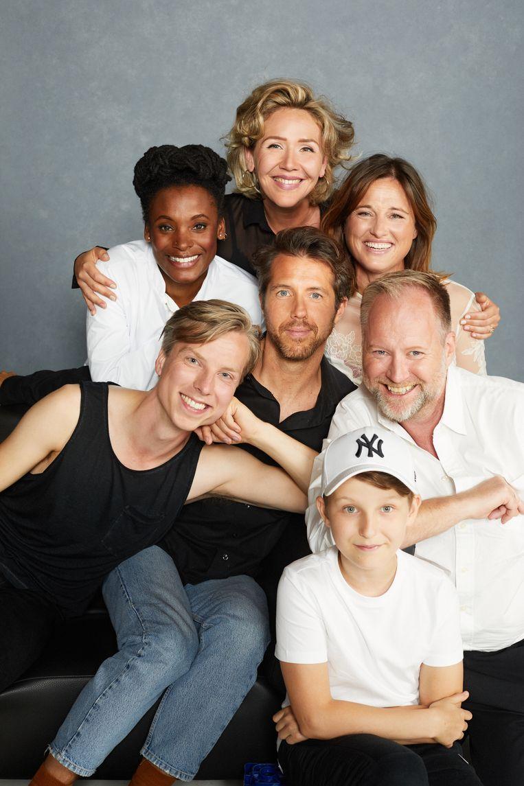 De cast van de musical Falsettos, met in het midden hoofdrolspeler William Spaaij. Beeld Robin Kamphuis