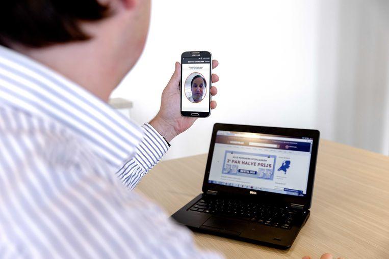 Een smartphone met een app waarmee via biometrische authenticatie online betalingen kunnen worden gedaan.