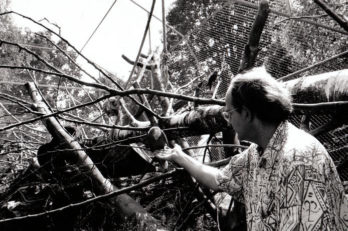 Tonnie van Meegen met 1000e papegaai in het Papegaaiencentrum Oerle (24-7-1995).