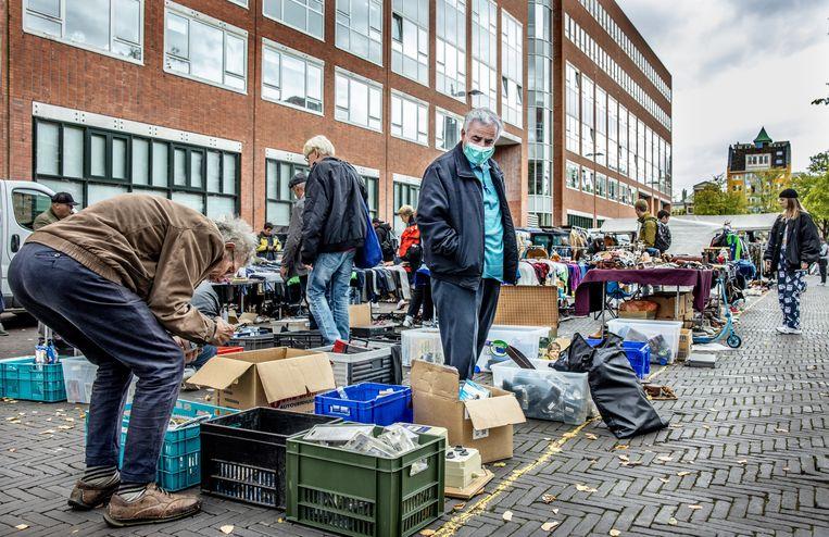De rommelmarkt op het deel van het Waterlooplein tussen het Mr. Visserplein en de Zwanenburgwal. Niet iedereen ziet de aangekondigde renovatie met vertrouwen tegemoet. Beeld Jean-Pierre Jans