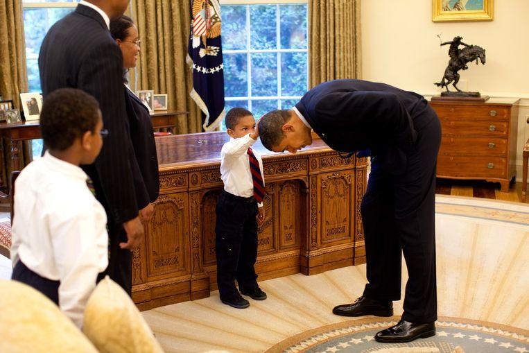 Het jongetje dat het haar van Obama wilde controleren Beeld White House / Pete Souza