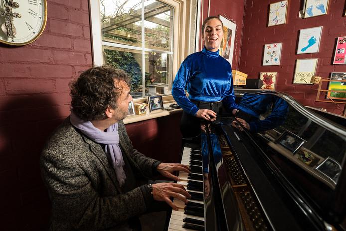 Han Kooreneef en zijn dochter Brechtje repeteren samen thuis in Rosmalen. Foto Roy Lazet