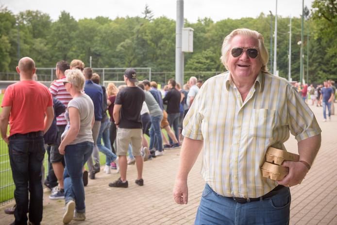 Open trainen hoort bij PSV, maar Paul van Kemenade vindt ook dat er begrip moet zijn voor een trainer die af en toe kiest voor een besloten sessie. Op de foto een van de vaste Herdgang-bezoekers Tiny Timmermans.