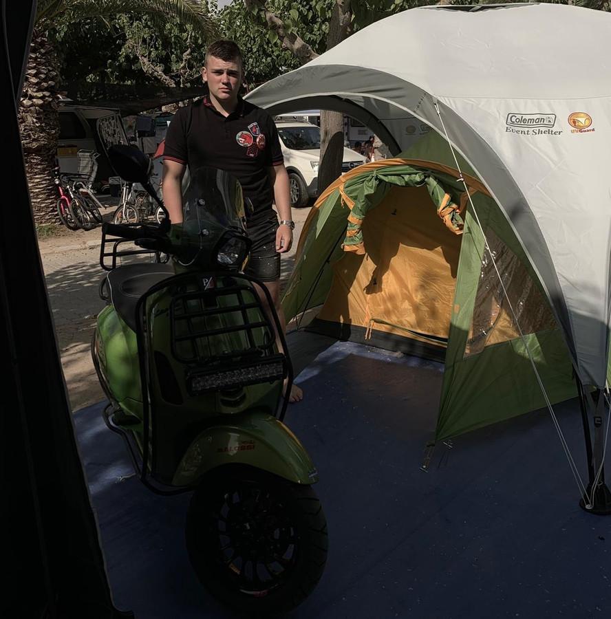 Michon bij zijn leeggeroofde tent.
