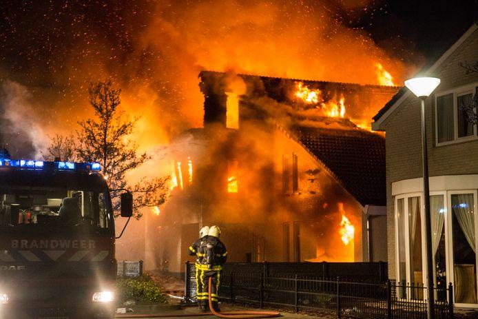 Rond 01.00 uur ging de vrijstaande villa aan de Ouwer in Etten-Leur in vlammen op.