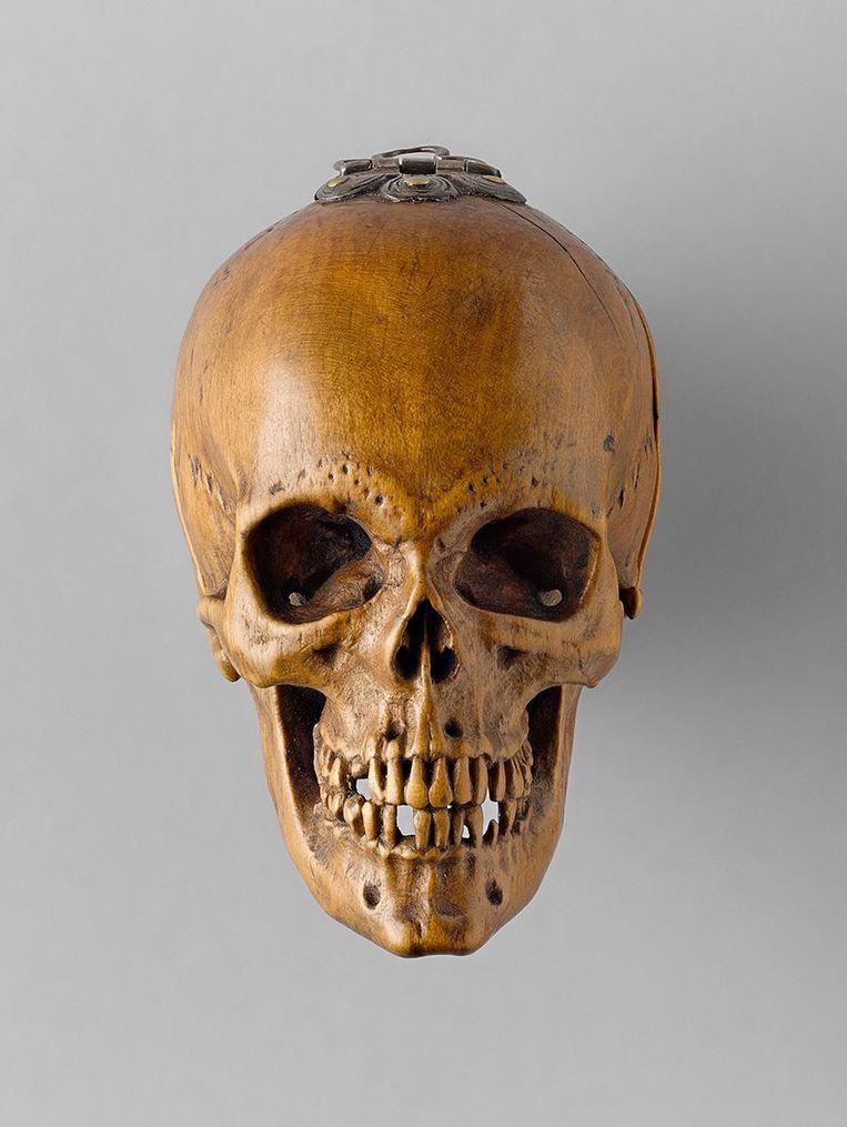 Gebedsnoot in de vorm van een doodshoofd uit Duitsland. Hier buitenaanzicht, 51 mm diameter, 1515. Beeld Art Gallery Ontario