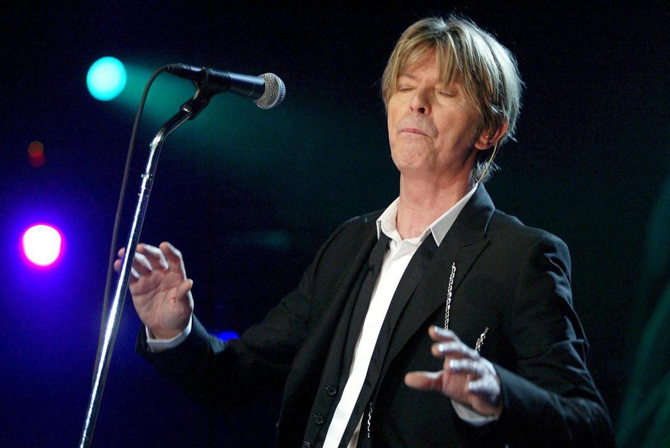 David Bowie tijdens een optreden in Zwitserland in 2002