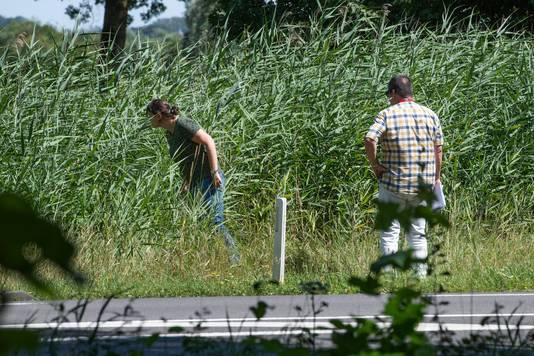 Rechercheurs zoeken naar sporen.