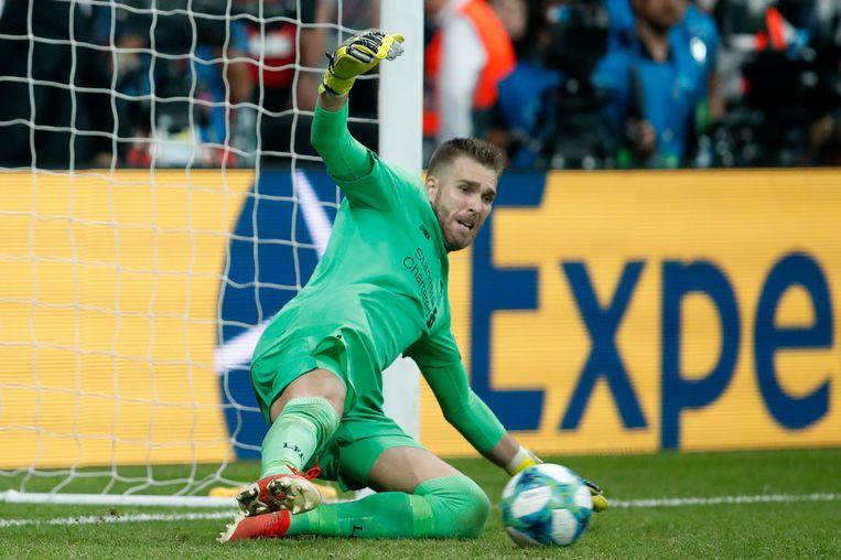 Liverpool-doelman Adrian stopt de strafschop van Tammy Abraham.