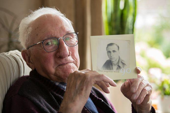 Arend Jalink (95) mocht het eerste oorlogsmonument in zijn dorp Wesepe onthullen. Hij herinnert zich nog veel van de oorlog die hij als jonge man meemaakte.