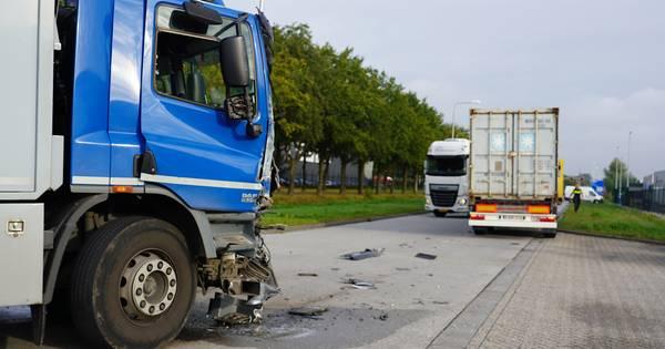Flinke ravage na botsing tussen twee vrachtwagens in Tilburg.