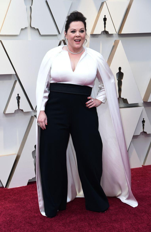 De actrice/comedienne Melissa McCarthy is de eerste die voor een broekpak kiest in plaats van een jurk. Ze geeft ons met haar cape een beetje Daenerys Targaryen-vibes en dat vinden we helemaal prima.